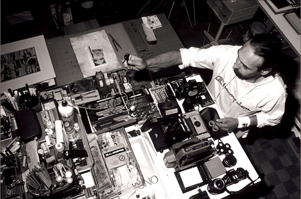 Adriano Eccel al lavoro nel suo studio
